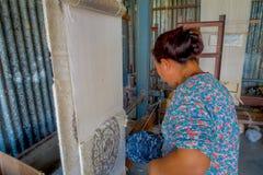 POKHARA NEPAL - OKTOBER 06 2017: Stäng sig upp av den oidentifierade kvinnan som in arbetar på för ullsjal för vävstol fabriks- k Arkivfoton