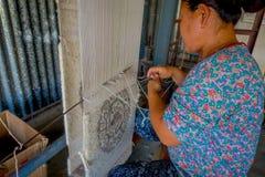 POKHARA NEPAL - OKTOBER 06 2017: Stäng sig upp av den oidentifierade kvinnan som in arbetar på för ullsjal för vävstol fabriks- k Royaltyfria Bilder