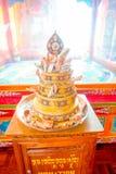 POKHARA NEPAL - OKTOBER 06 2017: Stäng sig upp av en guld- struktur, med räkningar för några oblations över en trästruktur in Royaltyfri Bild