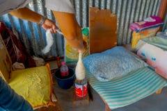 POKHARA NEPAL - OKTOBER 06 2017: Stäng sig upp av folk som rotera ullen till fabriks- whoolsjalkläder i Nepal Arkivfoton