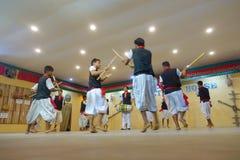 POKHARA NEPAL OKTOBER 10, 2017: Stäng sig upp av av gruppen av mannen som spelar traditionell musik och dansar för ett kulturellt Royaltyfria Foton