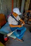 POKHARA NEPAL - OKTOBER 06 2017: Stäng sig upp av oidentifierat mansammanträde i en stol och en snurr ullen inom av a Arkivbild