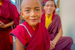 POKHARA NEPAL - OKTOBER 06 2017: Stående av den oidentifierade tonåringen för buddistisk munk som tycker om den fria tiden med de Fotografering för Bildbyråer