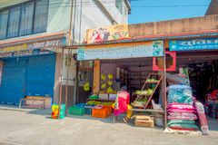 POKHARA NEPAL - OKTOBER 06 2017: Utomhus- sikt av en matmarknad med en trottoargata som lokaliseras i Pokhara, Nepal Arkivbild