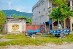 POKHARA NEPAL - OKTOBER 06 2017: Utomhus- sikt av några gamla byggnader av staden som lokaliseras i Nepal Fotografering för Bildbyråer