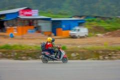 POKHARA, NEPAL 10 OTTOBRE 2017: Donna non identificata che utilizza il suo motociclo sulla strada nelle vie situate in Pokhara Fotografia Stock
