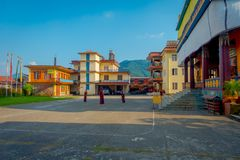 POKHARA NEPAL, PAŹDZIERNIK, - 06 2017: Niezidentyfikowani mnichów buddyjskich nastolatkowie cieszy się czas wolnego w patiu przy  Zdjęcie Stock
