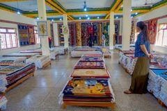 POKHARA NEPAL, PAŹDZIERNIK, - 06 2017: Niezidentyfikowany grpup kobiety cieszy się asorted kolekcję kolorowy typowy Zdjęcie Royalty Free