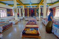 POKHARA NEPAL, PAŹDZIERNIK, - 06 2017: Niezidentyfikowany grpup kobiety cieszy się asorted kolekcję kolorowy typowy Obrazy Royalty Free