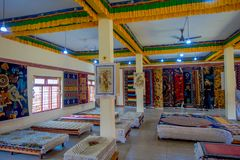 POKHARA NEPAL, PAŹDZIERNIK, - 06 2017: Niezidentyfikowany grpup kobiety cieszy się asorted kolekcję kolorowy typowy Fotografia Stock