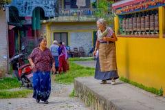 POKHARA NEPAL, PAŹDZIERNIK, - 06 2017: Niezidentyfikowany kobiety pilgrin odprowadzenie blisko do modlenia toczy wewnątrz Tybetań Fotografia Stock