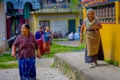 POKHARA NEPAL, PAŹDZIERNIK, - 06 2017: Niezidentyfikowany kobiety pilgrin odprowadzenie blisko do modlenia toczy wewnątrz Tybetań Obraz Royalty Free