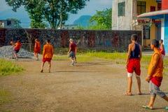 POKHARA NEPAL, PAŹDZIERNIK, - 06 2017: Niezidentyfikowany mnicha buddyjskiego nastolatek bawić się piłkę nożną przy Sakya Tangyud Zdjęcia Stock