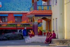POKHARA NEPAL, PAŹDZIERNIK, - 06 2017: Niezidentyfikowany mnicha buddyjskiego nastolatek cieszy się czas wolnego w patiu przy out Zdjęcia Stock