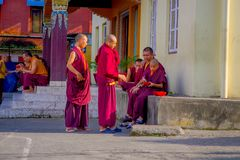 POKHARA NEPAL, PAŹDZIERNIK, - 06 2017: Niezidentyfikowany mnicha buddyjskiego nastolatek cieszy się czas wolnego w patiu przy out Fotografia Stock