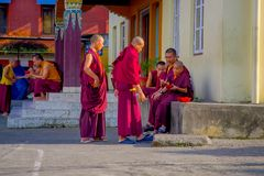 POKHARA NEPAL, PAŹDZIERNIK, - 06 2017: Niezidentyfikowany mnicha buddyjskiego nastolatek cieszy się czas wolnego w patiu przy out Obraz Royalty Free