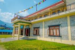 POKHARA NEPAL, PAŹDZIERNIK, - 06 2017: Plenerowy widok budynek społeczności przedstawienia dywanowy pokój w Kathmandu Nepal Fotografia Stock