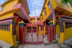 POKHARA NEPAL, PAŹDZIERNIK, - 06 2017: Plenerowy widok wchodzić do Tybetańska uchodźca ugoda w Nepal Fotografia Royalty Free