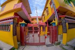 POKHARA NEPAL, PAŹDZIERNIK, - 06 2017: Plenerowy widok wchodzić do Tybetańska uchodźca ugoda w Nepal Fotografia Stock