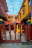 POKHARA NEPAL, PAŹDZIERNIK, - 06 2017: Plenerowy widok wchodzić do Tybetańska uchodźca ugoda w Nepal Obrazy Stock