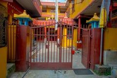POKHARA NEPAL, PAŹDZIERNIK, - 06 2017: Plenerowy widok wchodzić do Tybetańska uchodźca ugoda w Nepal Obrazy Royalty Free