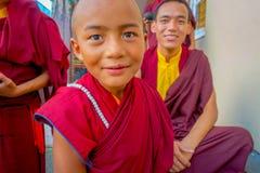 POKHARA NEPAL, PAŹDZIERNIK, - 06 2017: Portret niezidentyfikowany mnicha buddyjskiego nastolatek cieszy się czas wolnego z ich Obraz Stock