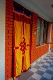 POKHARA NEPAL, PAŹDZIERNIK, - 06 2017: Salowy widok zasłony przy wchodzić do dom z wielką sala budynku zakończenie, Obrazy Royalty Free