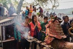 POKHARA NEPAL, PAŹDZIERNIK, - 29, 2011: Widok modleń ludzie przy Taal Barahi Hinduską świątynią poświęcać bogini Durga Wyspa w P Fotografia Royalty Free