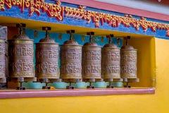POKHARA NEPAL, PAŹDZIERNIK, - 06 2017: Zakończenie modlenie up toczy wewnątrz Tybetańską świątynię, Padum, Kaszmir, India Obraz Royalty Free