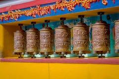 POKHARA NEPAL, PAŹDZIERNIK, - 06 2017: Zakończenie modlenie up toczy wewnątrz Tybetańską świątynię, Padum, Kaszmir, India Fotografia Stock