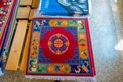 POKHARA NEPAL, PAŹDZIERNIK, - 06 2017: Zamyka up asorted kolekcja kolorowe typowe tradycyjne handmade tkaniny inside Zdjęcie Stock