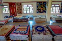 POKHARA NEPAL, PAŹDZIERNIK, - 06 2017: Zamyka up asorted kolekcja kolorowe typowe tradycyjne handmade tkaniny inside Zdjęcie Royalty Free