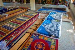 POKHARA NEPAL, PAŹDZIERNIK, - 06 2017: Zamyka up asorted kolekcja kolorowe typowe tradycyjne handmade tkaniny inside Fotografia Stock