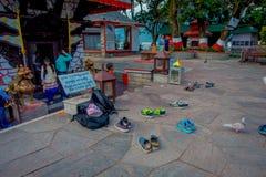 POKHARA NEPAL - SEPTEMBER 04, 2017: Det oidentifierade folket skriver in utan skor till en tempel av Tal Barahi Temple som lokali Royaltyfria Foton
