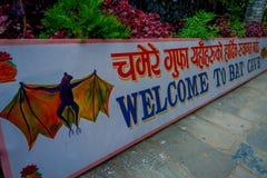 Pokhara, Nepal - 12. September 2017: Informatives Zeichen am Eingang der Schläger-Höhle, in der Nepalisprache, wird es genannt Stockbild