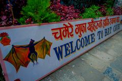 Pokhara, Nepal - 12. September 2017: Informatives Zeichen am Eingang der Schläger-Höhle, in der Nepalisprache, wird es genannt Lizenzfreie Stockfotos