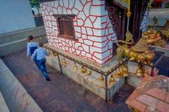 POKHARA NEPAL, WRZESIEŃ, - 04, 2017: Nad widok niezidentyfikowani ludzie chodzi wokoło Tal Barahi świątynia, lokalizować przy Zdjęcie Royalty Free