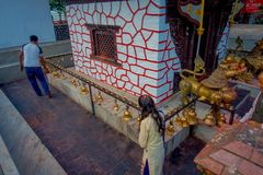 POKHARA NEPAL, WRZESIEŃ, - 04, 2017: Nad widok niezidentyfikowani ludzie chodzi wokoło Tal Barahi świątynia, lokalizować przy Zdjęcia Stock