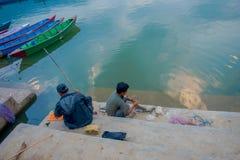 Pokhara Nepal, Wrzesień, - 04, 2017: Niezidentyfikowani ludzie łowi wewnątrz lakeshore z niektóre łodziami w phewa jeziorze w Zdjęcie Royalty Free
