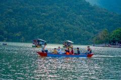 POKHARA NEPAL, WRZESIEŃ, - 04, 2017: Niezidentyfikowani ludzie cieszy się wycieczkę w ab owsie w Phewa jeziorze w Pokhara Zdjęcia Stock
