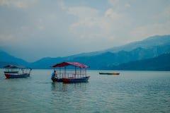 POKHARA NEPAL, WRZESIEŃ, - 04, 2017: Niezidentyfikowani ludzie cieszy się wycieczkę w ab owsie w Phewa jeziorze w Pokhara Fotografia Royalty Free