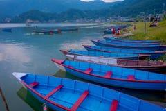 Pokhara Nepal, Wrzesień, - 04, 2017: Niezidentyfikowani ludzie siedzi w lakeshore cieszyć się pięknego widok błękit Zdjęcia Stock