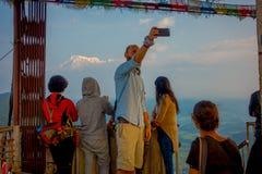 POKHARA, NEPAL, WRZESIEŃ 04, 2017: Niezidentyfikowani turyści przy szczytem daje plecy w Sarangkot punktu obserwacyjnego punkcie Zdjęcia Stock