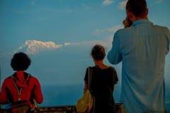 POKHARA, NEPAL, WRZESIEŃ 04, 2017: Niezidentyfikowani turyści przy szczytem daje plecy w Sarangkot punktu obserwacyjnego punkcie Zdjęcie Stock