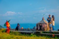 POKHARA, NEPAL, WRZESIEŃ 04, 2017: Niezidentyfikowani turyści przy szczytem Sarangkot punktu obserwacyjnego punkt, trzyma flaga i Zdjęcia Royalty Free