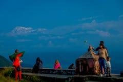 POKHARA, NEPAL, WRZESIEŃ 04, 2017: Niezidentyfikowani turyści przy szczytem Sarangkot punktu obserwacyjnego punkt, trzyma flaga i Obrazy Royalty Free