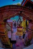 POKHARA NEPAL, WRZESIEŃ, - 04, 2017: Niezidentyfikowany mężczyzna dotyka dużego złotego dzwon przy outdoors Tal Barahi świątynia  Obraz Stock