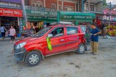 POKHARA, NEPAL, WRZESIEŃ 04, 2017: Niezidentyfikowany mężczyzna w benzynowej staci z jego czerwonym samochodem parkującym w dowto Zdjęcia Stock