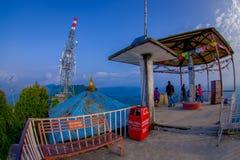 POKHARA, NEPAL, WRZESIEŃ 04, 2017: Niezidentyfikowany turysta pod budą przy szczytem Sarangkot punktu obserwacyjnego punkt w Obraz Royalty Free