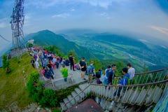 POKHARA, NEPAL, WRZESIEŃ 04, 2017: Niezidentyfikowany turystyczny odprowadzenie na piętrze przy szczytem Sarangkot punktu obserwa Zdjęcia Royalty Free